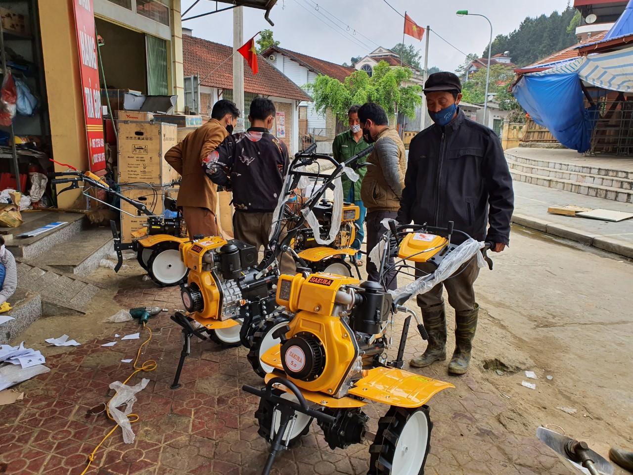 Người dân phấn khởi đi mua máy cày Sakura chuẩn bị cho mùa vụ